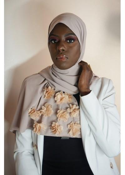 Hijab en soie de médine beige avec des fleurs