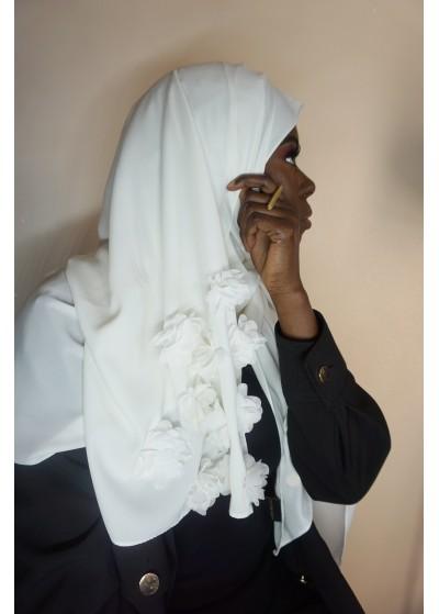 Hijab en soie de médine blanc avec des fleurs