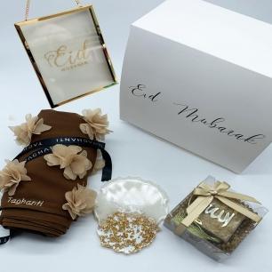 """BOX CADEAU AÏD✨  La box Aid en collaboration avec @house_caring est dès à présent disponible !! 🎉  Elle contient: - un foulard de la collection Aïd - un mini Coran et tasbih - un dessous de verre en résine @house_caring  - un cadre en verre or """"Eïd Mubarak"""" @house_caring   Disponible en quantité très limitée Commandez avant le 5 mai pour être sûr de la recevoir avant l'Aïd . . . . . #decoration #cadeauaid #resine #foulard #minicoran #boxaid #gift #aidgift #cadrepersonnalise #ideecadeau #personnalisation"""